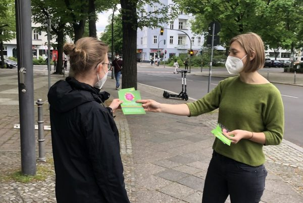 Hanna verteilt Flyer